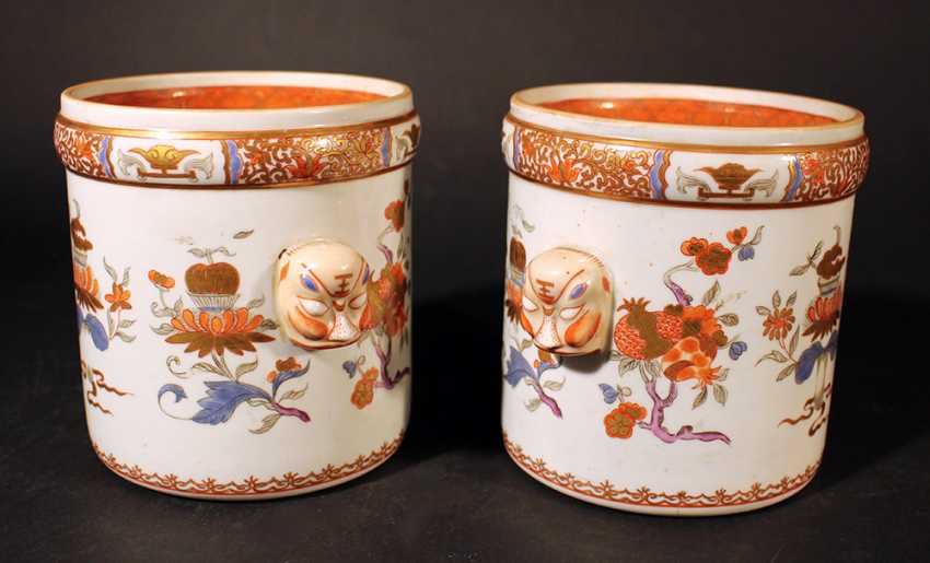 A pair of Compagnie des Indes porcelain pots, cylindrical shape with two grimaces faces on the sides - photo 2