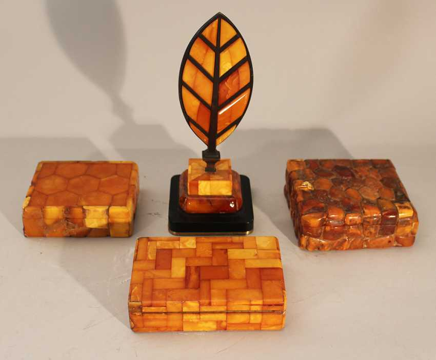 Lot of four amber objets including thee boxes with lids and one paper weight in shape of a feather on bronze base - photo 1