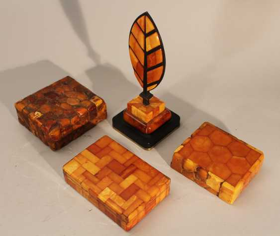 Lot of four amber objets including thee boxes with lids and one paper weight in shape of a feather on bronze base - photo 2