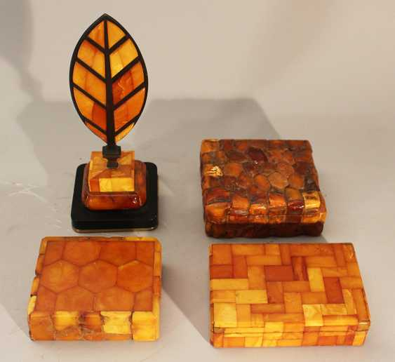 Lot of four amber objets including thee boxes with lids and one paper weight in shape of a feather on bronze base - photo 3