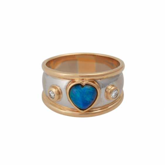 Ring with heart shaped Opal flanked by 2 brilliant-cut diamonds, together approx 0,08 ct, - photo 1