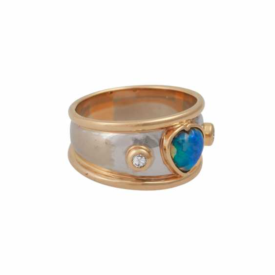 Ring with heart shaped Opal flanked by 2 brilliant-cut diamonds, together approx 0,08 ct, - photo 2