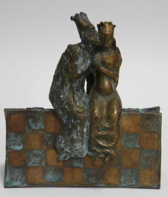 Unknown academic artist, Bronze sculpture of a chess king, chess, checkers kissing - photo 1