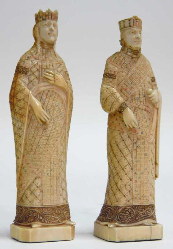 Two ivory figures: a king and a Queen  - photo 1