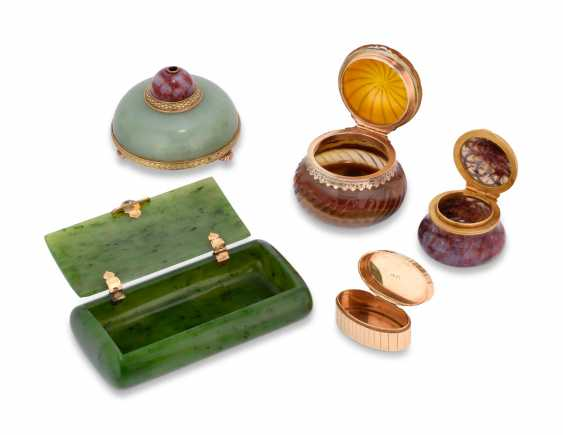 A GROUP OF GOLD AND HARDSTONE BOXES AND A BELL-PUSH - photo 2