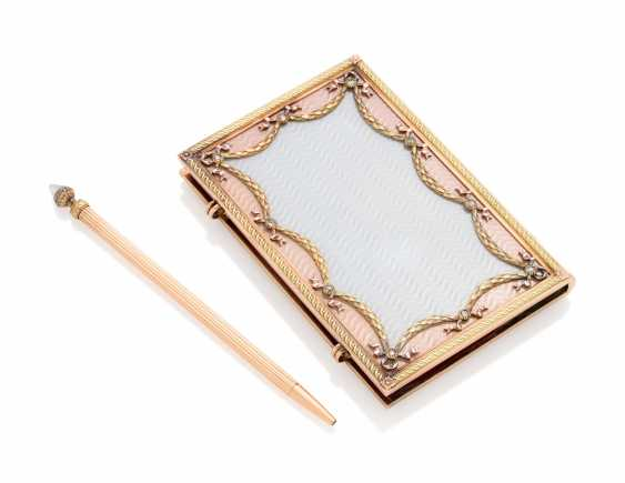 A JEWELLED TWO-COLOUR GOLD-MOUNTED AND GUILLOCHÉ ENAMEL CARNET-DE-BAL - photo 2