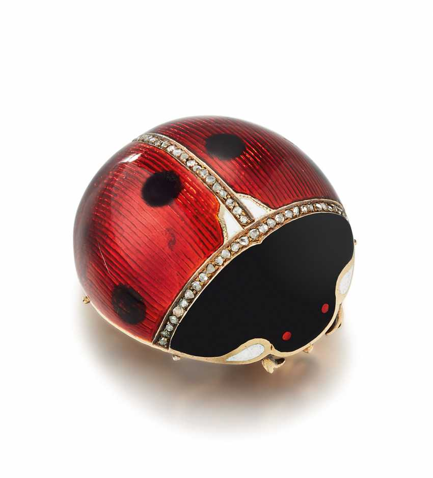 A JEWELLED GUILLOCHÉ AND CHAMPLEVÉ ENAMEL GOLD BROOCH IN THE FORM OF A LADYBIRD - photo 1