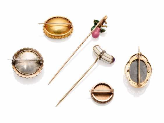 THREE JEWELLED GOLD BROOCHES AND TWO JEWELLED AND ENAMEL GOLD HAT PINS - photo 2
