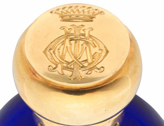 A GOLD-MOUNTED COBALT BLUE GLASS SCENT BOTTLE - photo 2