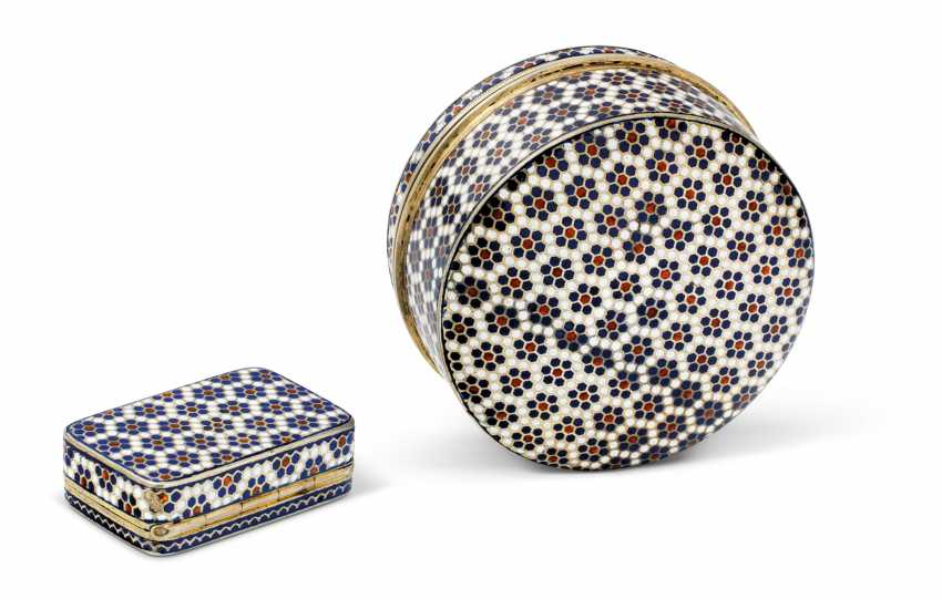 A CHAMPLEVÉ ENAMEL SILVER-GILT SNUFF BOX AND PILL BOX - photo 3