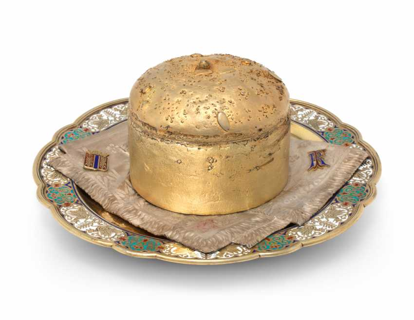 A CHAMPLEVÉ ENAMEL PARCEL-GILT SILVER TROMPE L'OEIL BREAD AND SALT DISH - photo 1
