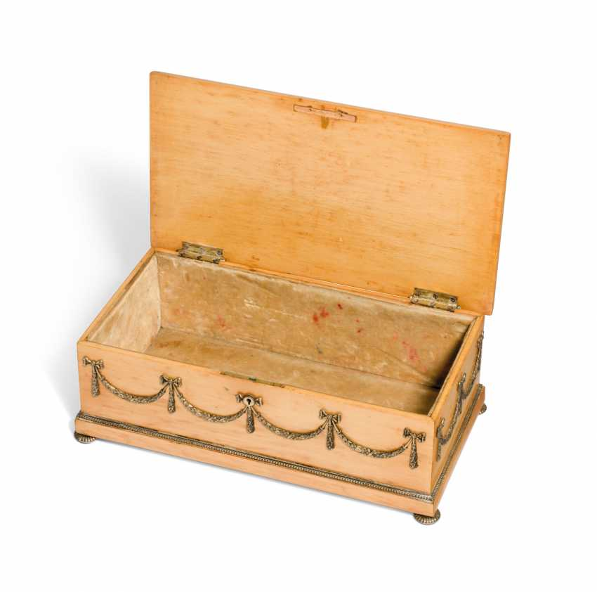 A SILVER-GILT MOUNTED HOLLY WOOD BOX - photo 4