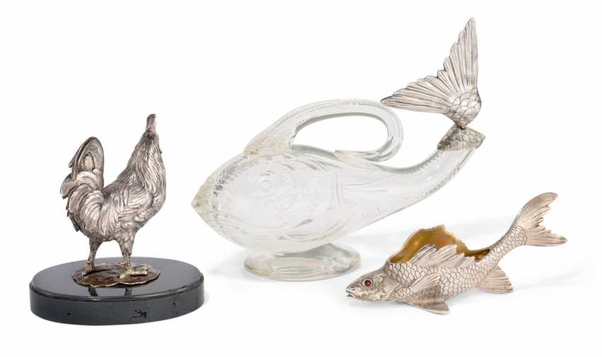 A SILVER-MOUNTED CUT-GLASS FISH-FORM CLARET JUG, A GEM-SET SILVER FISH-FORM SALT, AND A SILVER MODEL OF A COCKEREL - photo 2