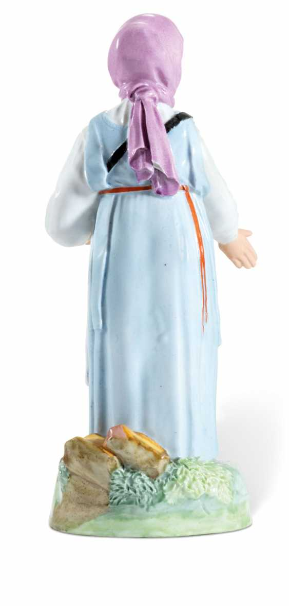 A PORCELAIN FIGURE OF A POPPY COOKIE VENDOR FROM THE 'VENDORS AND CRAFTSMEN' SERIES - photo 2