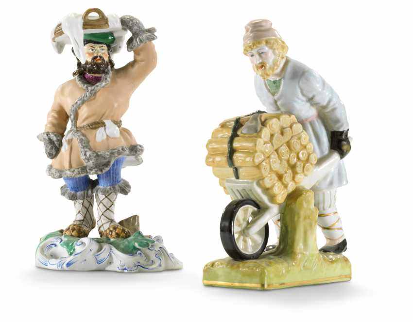 TWO PORCELAIN FIGURES OF STREET VENDORS - photo 1