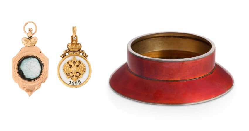 A SILVER-GILT AND ENAMEL MINIATURE LEIB GUARD HUSSAR NON-COMMISSIONED OFFICER'S CAP AND TWO ENAMEL GOLD JETONS - photo 2