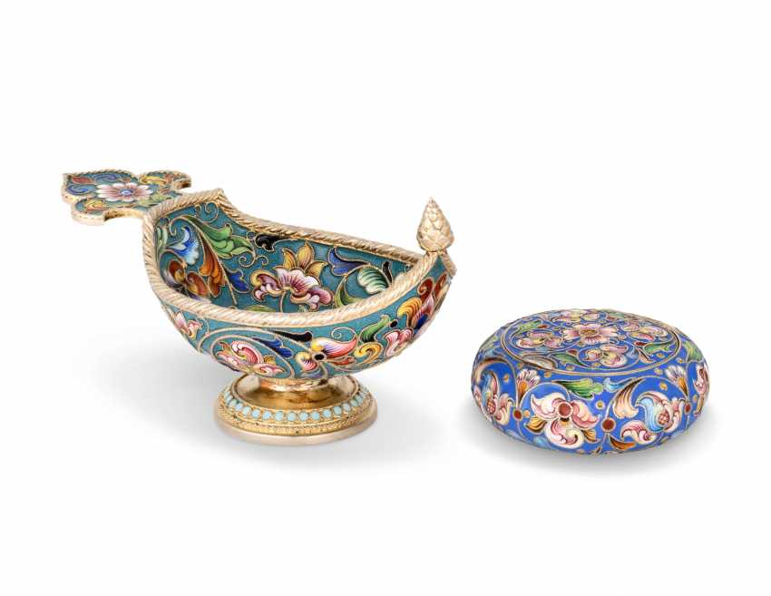 A CLOISONNÉ ENAMEL SILVER-GILT KOVSH AND PILL BOX - photo 1