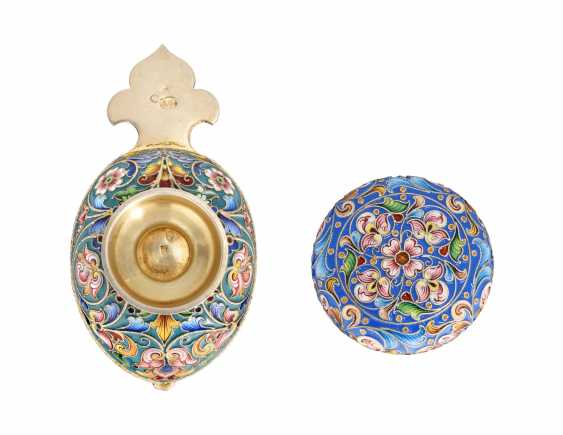 A CLOISONNÉ ENAMEL SILVER-GILT KOVSH AND PILL BOX - photo 2