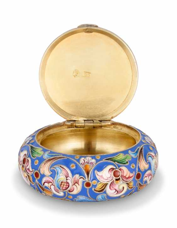A CLOISONNÉ ENAMEL SILVER-GILT KOVSH AND PILL BOX - photo 5