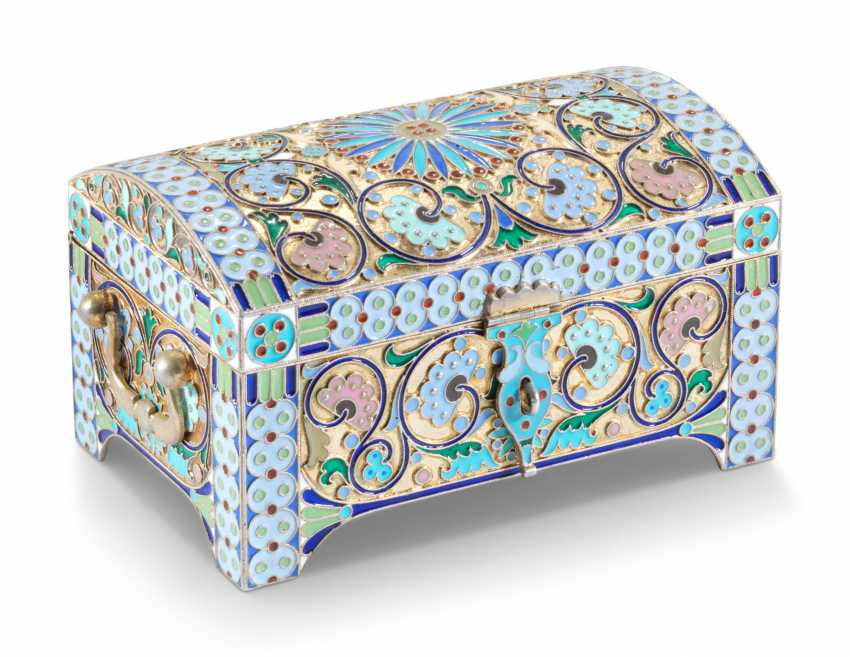 A CLOISONNÉ ENAMEL SILVER-GILT CASKET - photo 1