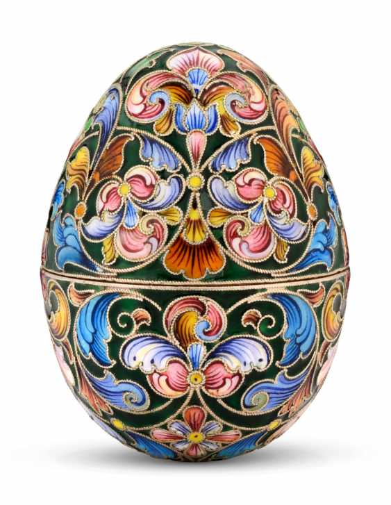 A CLOISONNÉ ENAMEL SILVER-GILT EASTER EGG - photo 2
