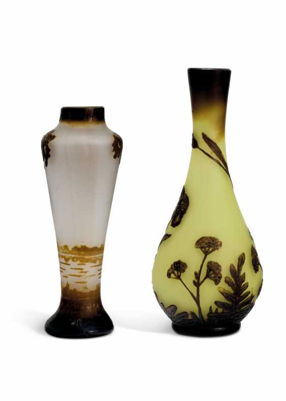 TWO MINIATURE CAMEO GLASS VASES - photo 3