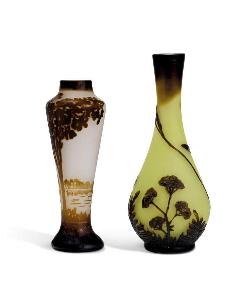 TWO MINIATURE CAMEO GLASS VASES - photo 4