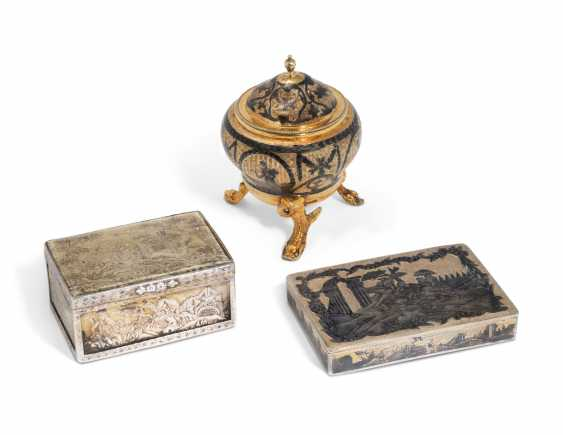 A SILVER-GILT AND NIELLO SALT CELLAR AND TWO SNUFF BOXES - photo 1