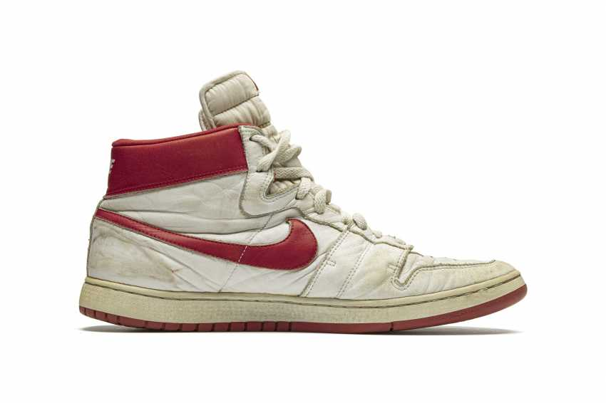 Air Ship, MJ Player Exclusive, Game-Worn Sneaker - photo 3