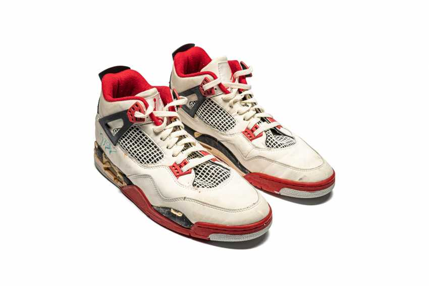 """Air Jordan 4 """"Fire Red,"""" Player Exclusive, Game-Worn Signed Sneaker - photo 3"""
