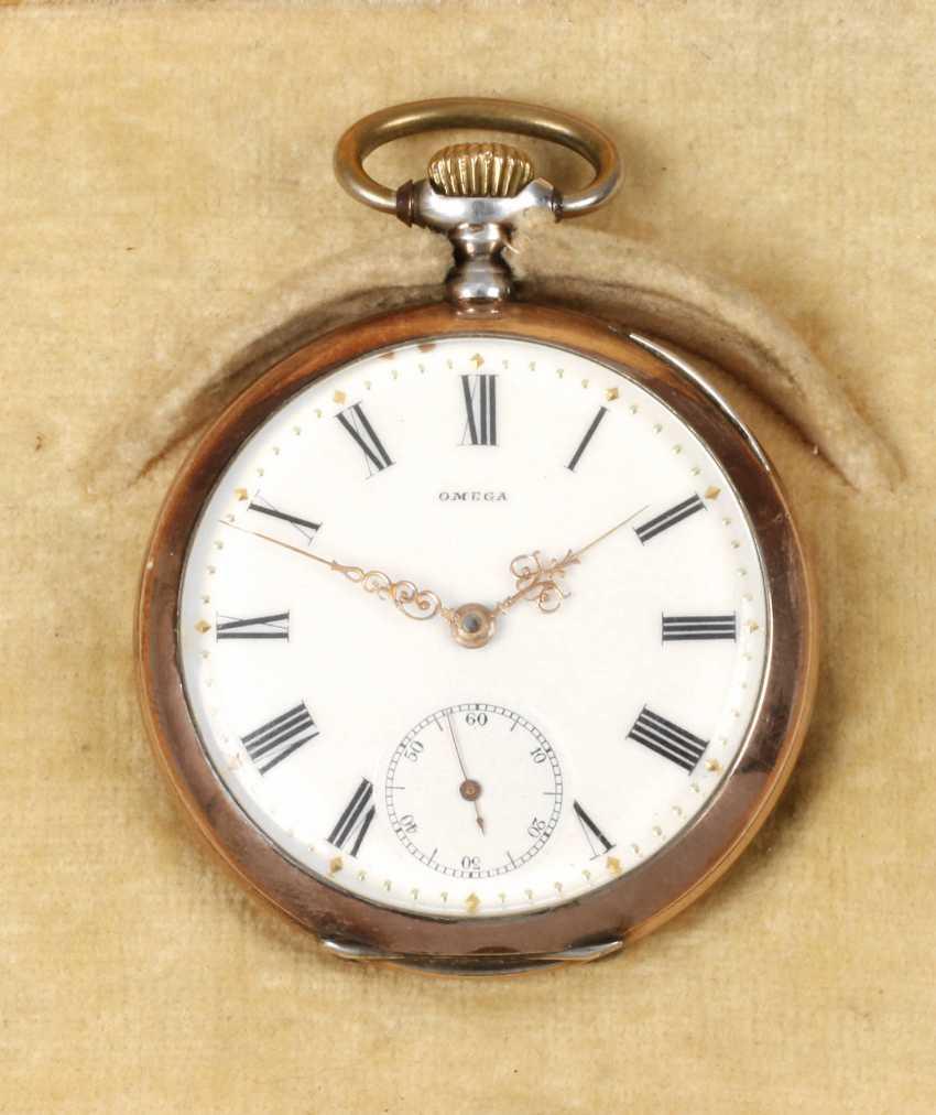 Карманные часы носились на цепочке, также в комплект входил и брелок, фиксировавший аксессуар.