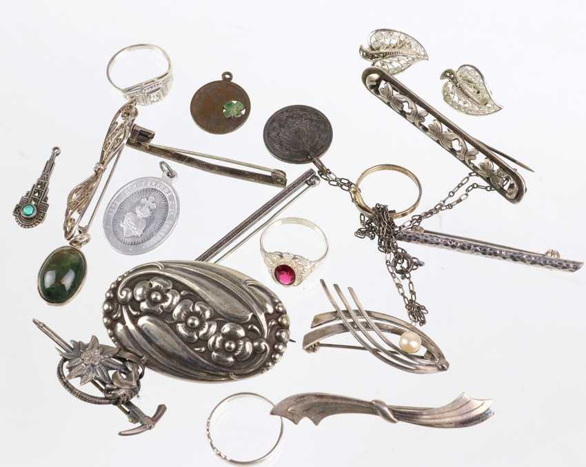 Items of antique silver jewelry, among other things, - photo 1