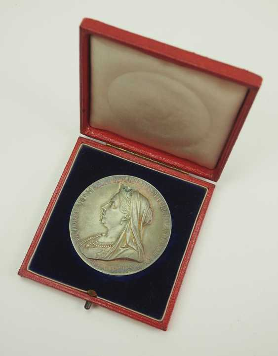 Great Britain: Meadille on the 60th anniversary of Queen Victoria's coronation, in silver, in a case. - photo 1