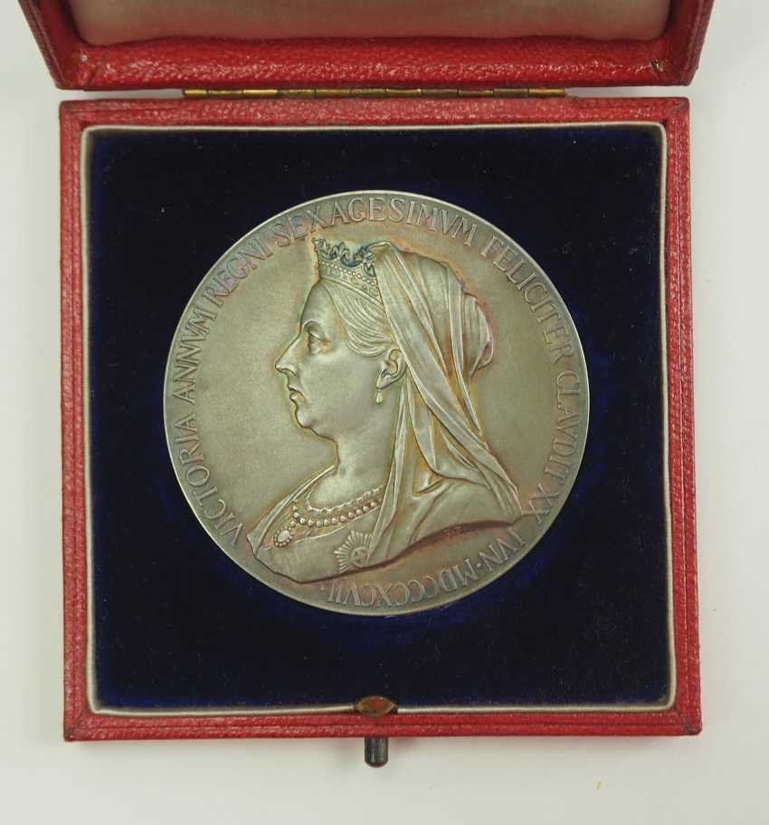 Great Britain: Meadille on the 60th anniversary of Queen Victoria's coronation, in silver, in a case. - photo 2