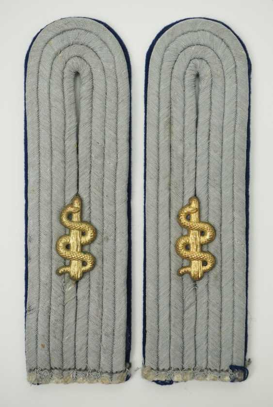Wehrmacht: Pair of shoulder pieces for an assistant doctor. - photo 1