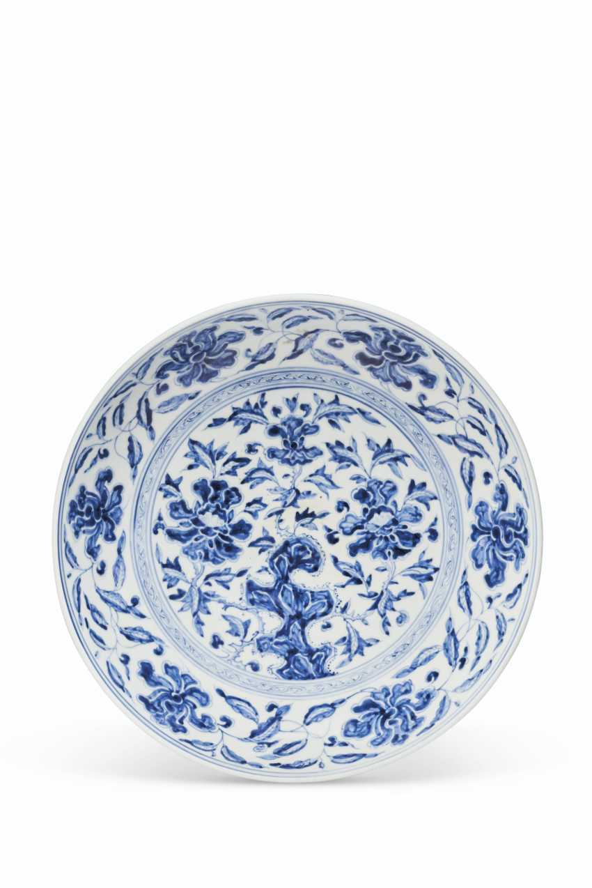 A LARGE BLUE AND WHITE DISH - photo 1
