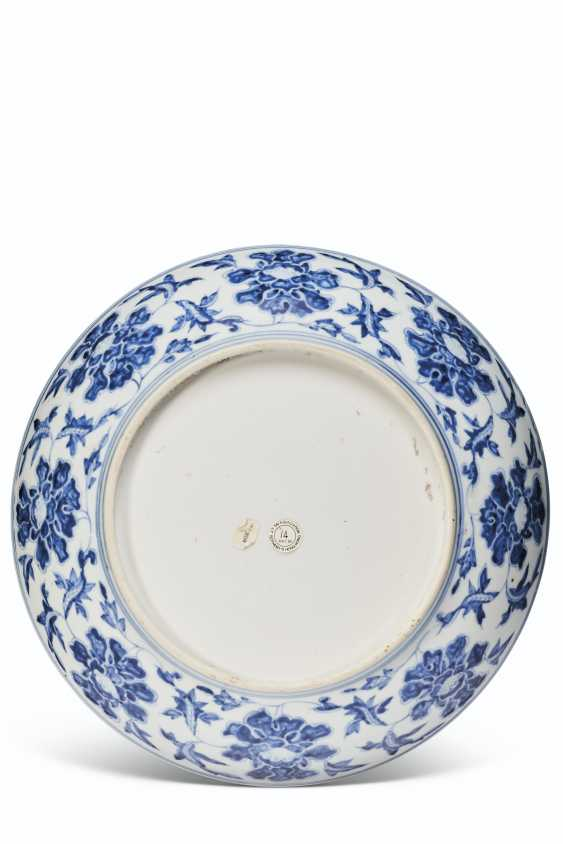 A LARGE BLUE AND WHITE DISH - photo 2