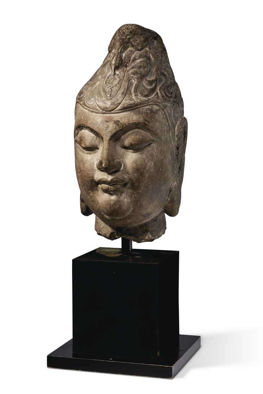 A CARVED MARBLE HEAD OF A BODHISATTVA - photo 2