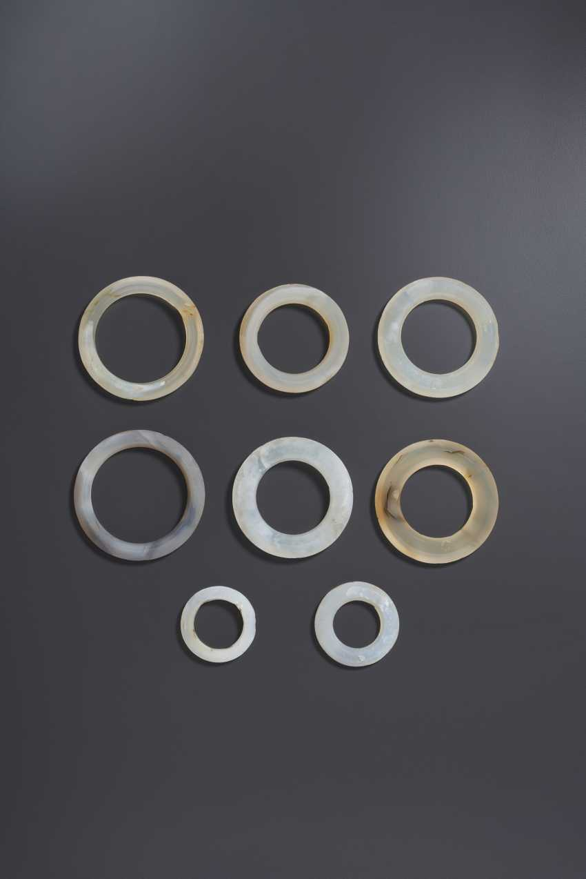 A GROUP OF EIGHT PALE GREY AND BEIGE AGATE RINGS - photo 1