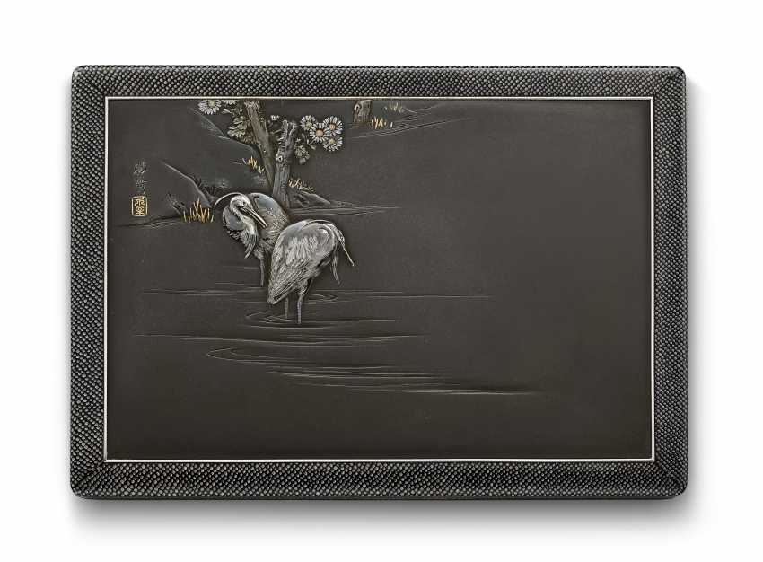 AN IMPORTANT SOFT-METAL-INLAID SHIBUICHI AND LACQUER BOX AND... - photo 3