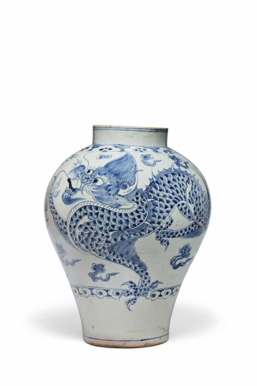 A BLUE AND WHITE PORCELAIN DRAGON JAR - photo 2