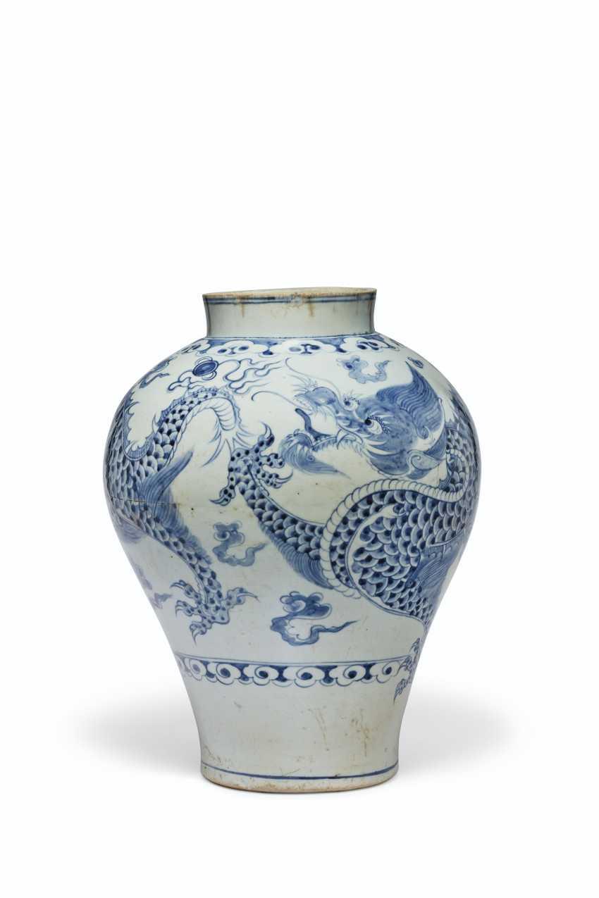 A BLUE AND WHITE PORCELAIN DRAGON JAR - photo 3