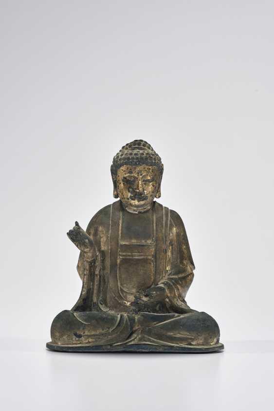 A PERCEL-GILT BRONZE SEATED FIGURE OF BUDDHA AMITABHA - photo 1