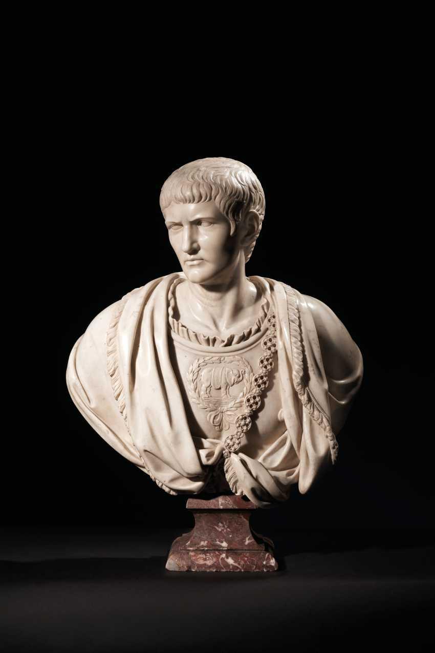 BUSTE EN MARBRE BLANC REPRÉSENTANT LE CONSUL ROMAIN 'QUINTUS... - photo 1