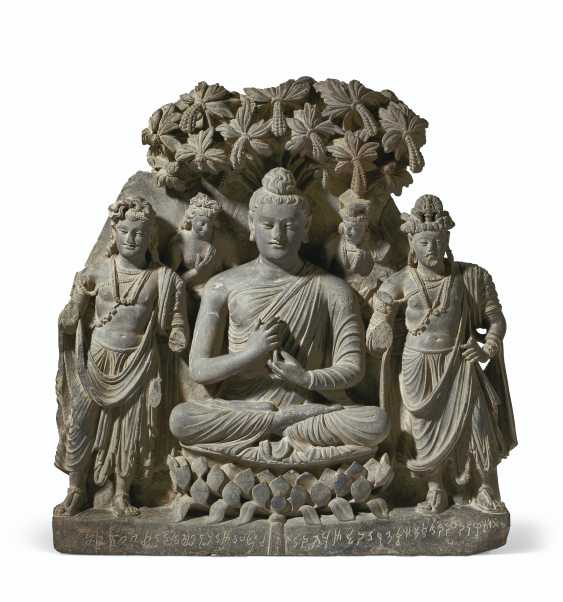 A RARE AND MAGNIFICENT GRAY SCHIST RELIEF TRIAD OF BUDDHA SH... - photo 1