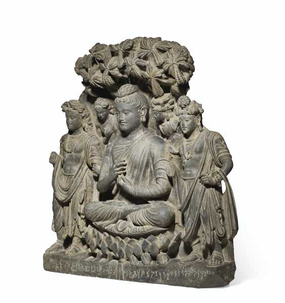 A RARE AND MAGNIFICENT GRAY SCHIST RELIEF TRIAD OF BUDDHA SH... - photo 2
