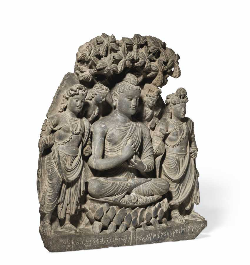 A RARE AND MAGNIFICENT GRAY SCHIST RELIEF TRIAD OF BUDDHA SH... - photo 3