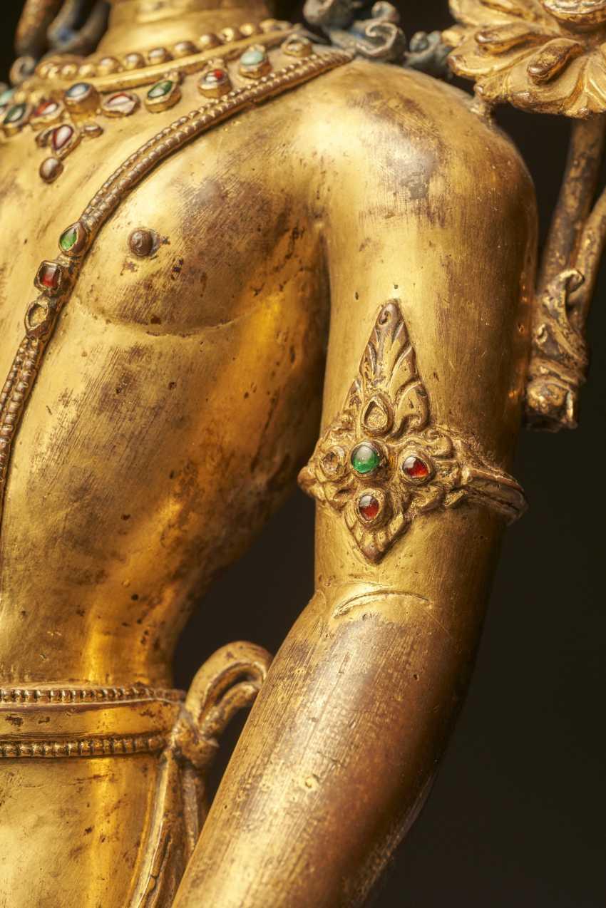 AN IMPORTANT GILT-COPPER FIGURE OF PADMAPANI LOKESHVARA - photo 11