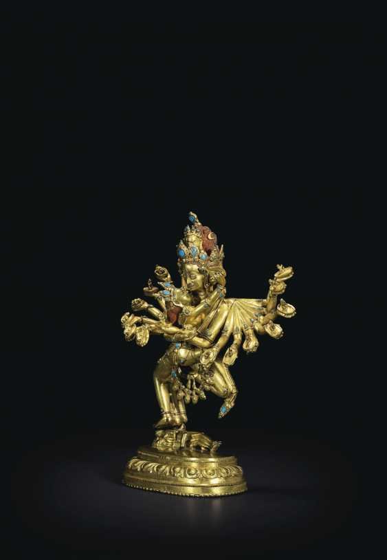 AN IMPORTANT GILT-BRONZE FIGURE OF KAPALADHARA HEVAJRA - photo 3
