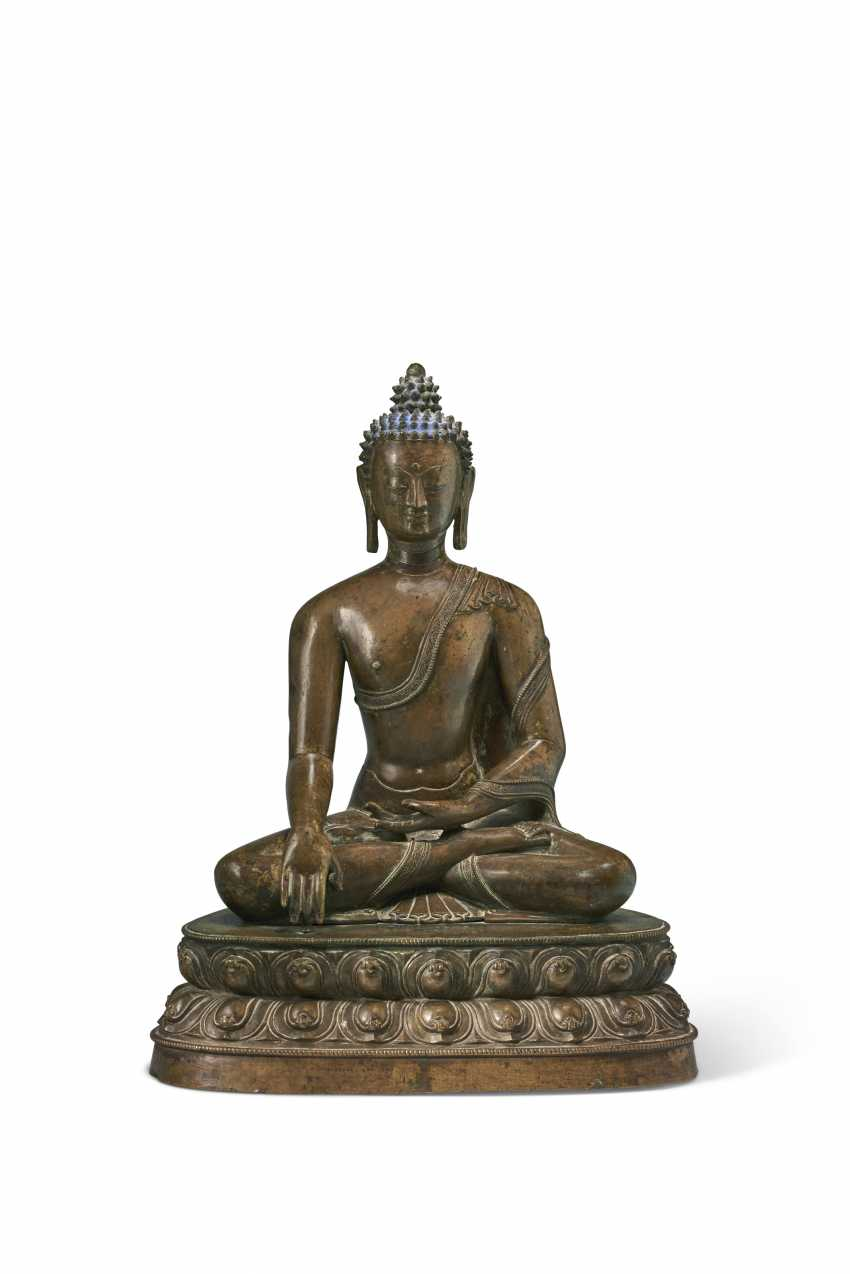 A LARGE BRONZE FIGURE OF BUDDHA SHAKYAMUNI - photo 1